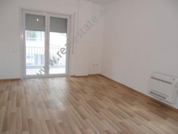 Apartament me qera ne rrugen Peti ne Tirane. Ndodhet ne katin e 3-te ne nje pallat te ri te pajisur