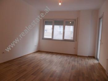 Apartament me qera ne rrugen Peti ne Tirane. Pozicionohet ne katin e 3-te ne nje pallat prane rruge