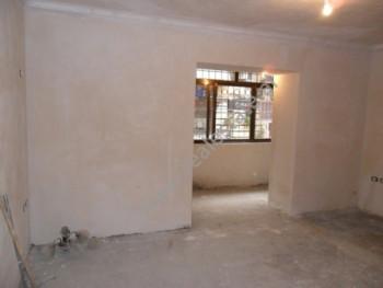 Apartament 2+1 per shitje ne rrugen Grigor Heba ne Tirane. Apartamenti ndodhet ne katin perdhes te