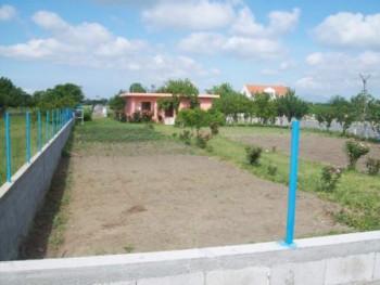 Toke dhe banese per shitje prane zones Mbisuka ne Velipoje. Ndodhet buze rruge kryesore dhe rreth 4