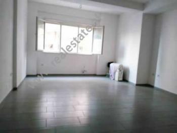 Apartament per zyra me qera ne rrugen Bardhok Biba ne Tirane. Apartamenti pozicionohet ne katin e 2