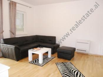 Apartament modern me qera ne zonen e Saukut ne Tirane. Ndodhet ne katin e pare ne nje kompleks rezi