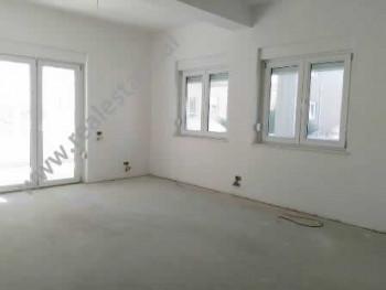 Apartament per shitje prane zones se Saukut ne Tirane. Ndodhet ne katin e 1-re ne nje kompleks rezi
