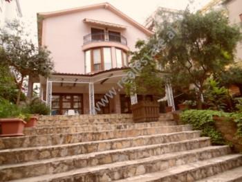 Vile 3 kateshe me qera ne rrugen Rrapo Hekali ne Tirane. Vila ka nje oborr prej 500 m2 te gjelberua