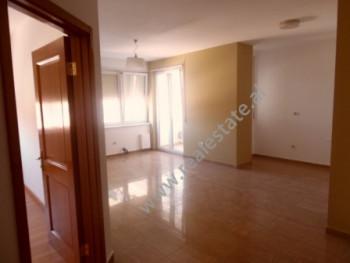 Apartament per zyre me qera ne rrugen Reshit Collaku ne Tirane. Apartamenti ndodhet ne katin e 3-te