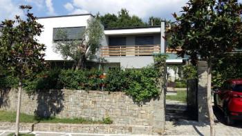 Vile 2-kateshe me qera ne Lunder, Tirane. Pjese e nje kompleksi residencial shume te njohur dhe te