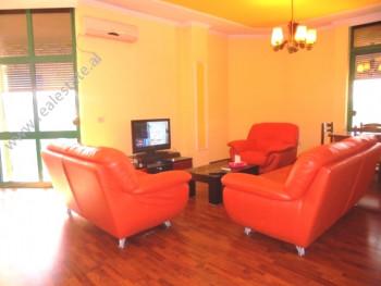 Apartament dupleks me qera ne qender te Tiranes . Pozicionohet ne katin e 5 -6 te nje ndertes