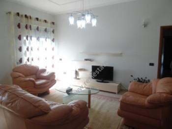 Apartament me qera perballe me Aba Center ne Tirane. Pozicionohet ne katin e 4 te nje pallati 5-kate