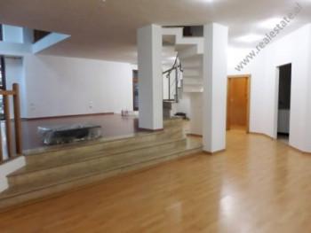 Apartament 3+1 me qera ne rrugen Liman Kaba ne Tirane. Ndodhet ne katin e 1-re dhe te 2-te te nje p