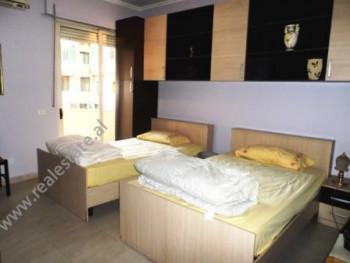 Apartament 1+1 me qera ne rrugen Hoxha Tahsim ne Tirane. Ndodhet ne katin e 2-te te nje pallati te