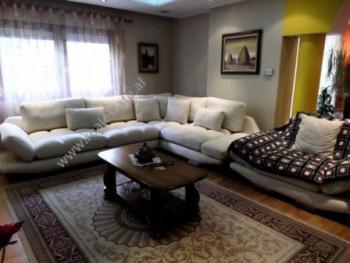 Apartament dupleks me qera afer rruges Myslym Shyri ne Tirane. Apartamenti ndodhet ne katin e dyte
