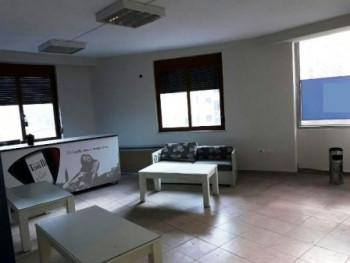 Ambient per zyra me qera shume prane me ish Stacionin e Trenit ne Tirane , rrugen Reshit Petrela. P