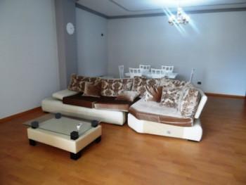 Apartament 3+1 me qera afer qendres se Tiranes. Apartamenti ndodhet ne katin e katert te nje pallat
