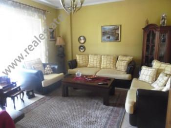 Apartament per shitje prane zones se Pazarit te Ri ne Tirane. Ndodhet ne katin e 3-te te nje