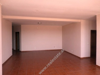 Apartament 3+1 me qera prane shkolles Sabaudin Grabani ne rrugen Muhamet Gjollesha. Banesa nd