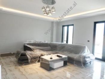 Apartament 2+1 me qera shume prane me qendren e Tiranes. Ndodhet ne katin e 5-te te nje pallatit te
