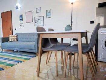 Apartament me qera prane rruges se Kavajes ne Tirane. Apartamenti ndodhet ne katin e tete te nje pa