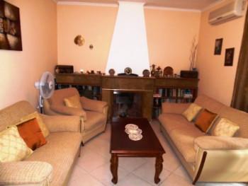 Apartament me qera prane zones se Bllokut ne Tirane. Apartamenti ndodhet ne nje pallat te vjeter pa