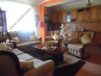 Apartament per shitje ne rrugen 5-Maj ne Tirane. Apartamenti ndodhet ne katin e shtate te nje palla