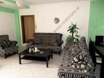 Apartament me qera prane Qendres Globe ne Tirane. Apartamenti ndodhet ne katin e dhjete te nje pall
