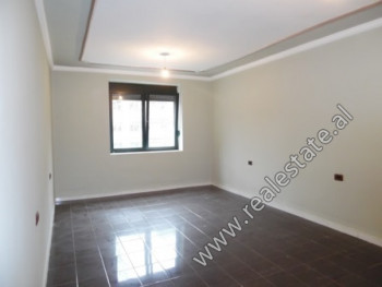 Apartament 2+1 per shitje prane bllokut te Ambasadave ne Tirane, shume e pershtatshme per biznes. P