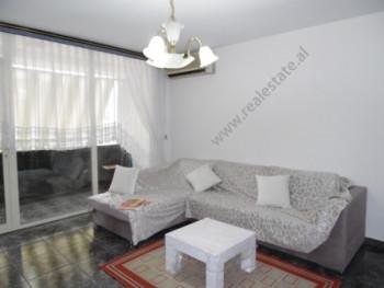 Apartament dupleks me qera ne rrugen Urani Pano ne Tirane. Apartamenti ndodhet ne katin e dyte te n