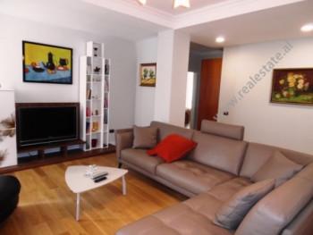 Apartament me qera ne zonen e Bllokut ne Tirane. Apartamenti ndodhet ne katin e peste te nje pallat