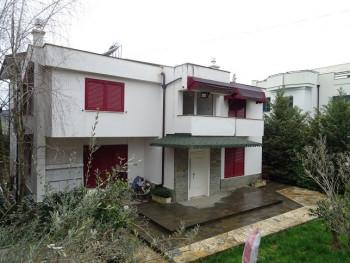 Vile me qera ne zonen e Saukut ne Tirane. Vila eshte e sapondertuar dhe perfshin 800 m2 toke dhe pj