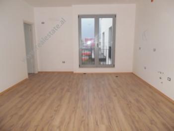 Apartament 1+1 per shitje ne rrugen Bardhyl ne Tirane. Apartamenti ndodhet ne katin e gjashte te nj