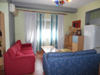 Apartament 2+1 per qera prane gjimnazit e gjuheve te huaja Asim Vokshi ne Tirane. Apartamenti ndodh