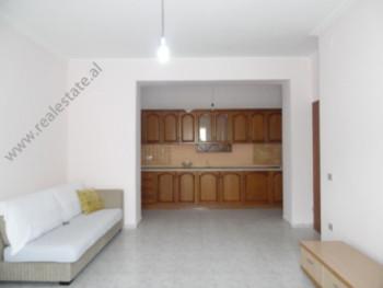 Apartament per shitje prane Gjimnazit A. Z. Cajupi ne Tirane. Apartamenti ndodhet ne katin e pare t
