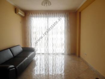 Apartament 2+1 me qera ne rrugen Peti ne Tirane. Apartamenti ndodhet ne katin e dyte te nje pallati