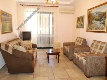 Apartament 1+1 me qera ne rrugen e Bogdaneve ne Tirane. Ndodhet ne katin e 5-te ne nje pallat te ri