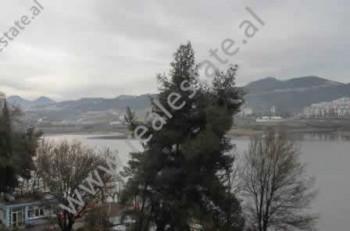 Apartament 2+1 luksoz me qera ne Tirane. Apartamenti ndodhet ne zonen dhe ne nje nga pallatet me te