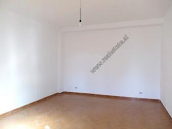 Apartament 1+1 me qera prane rruges Reshit Petrela ne Tirane. Pozicionohet ne katin e 1-re dhe te 2