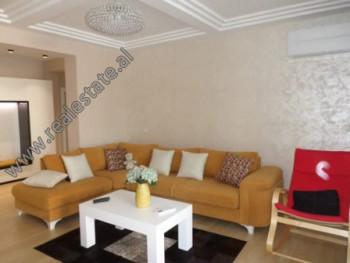 Apartament 2+1 me qera ne rrugen e Kosovareve, ne zonen e Liqenit Artificial ne Tirane.  Ndodhet n