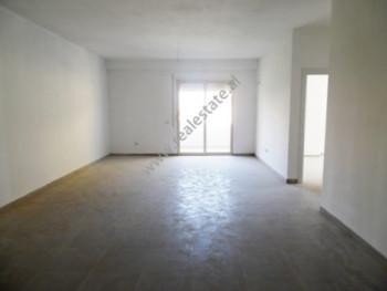 Apartament 2+1 per qera ne rrugen Peti ne Tirane. Apartamenti ndodhet ne katin e dyte te nje pallat