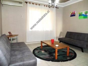 Apartament 2+1 me qera ne rrugen e Kavajes ne Tirane. Ndodhet ne katin e pare te nje pallati te vje