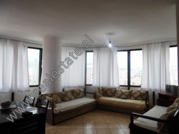Apartament 3+1 prane rruges se Kavajes dhe zones se 21 Dhjetorit ne Tirane. Ndodhet ne katin e VII-