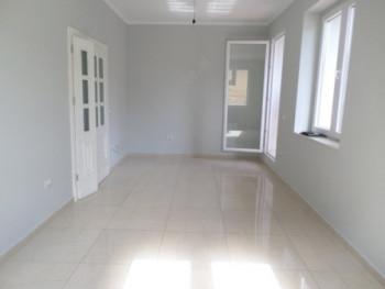 Apartament 2+1 per shitje mbas Drejtorise se Policise ne Tirane. Apartamenti ndodhet ne katin e dyt