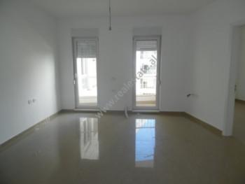 Apartament per zyra me qera ne rrugen Artan Lenja ne Tirane. Zyra ndodhet ne katin e trete. Ka nje