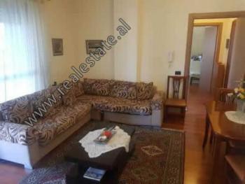 Apartament 1+1 me qera ne sheshin Avni Rustemi, ne zonen e Pazarit te Ri ne Tirane. Ndodhet n