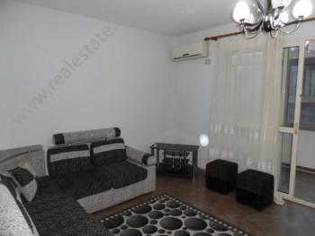 Apartament 1+1 me qera ne rrugen Shefqet Kuka, ne Tirane.  Shtepia ndodhet ne katin e 2-te te nje
