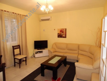 Apartament 1+1 me qera ne rrugen Eshref Frasheri, ne Tirane. Ndodhet ne katin e pare te nje vile.