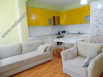 Apartament 1+1 me qera ne rrugen Siri Kodra ne Tirane. Ndodhet ne katin e 2-te ne nje pallat te ri