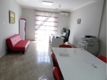 Apartament 3+1 per shitje ne rrugen e Elbasanit ne Tirane. Apartamenti ndodhet ne katin e 2-te te n