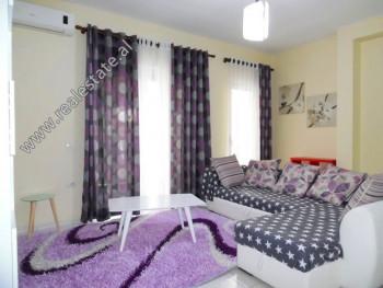 Apartament me qera ne rrugen Him Kolli ne Tirane. Ndodhet ne nje pallat te ri, te ndertuar vitet e