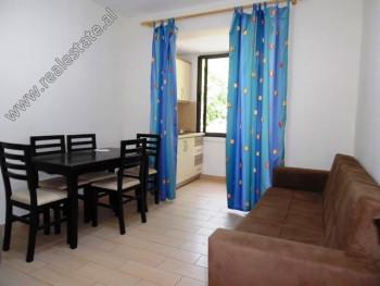 Apartament 2+1 me qera ne rrugen Vangjush Furxhi ne Tirane. Ndodhet ne katin e 4-te te nje pallati