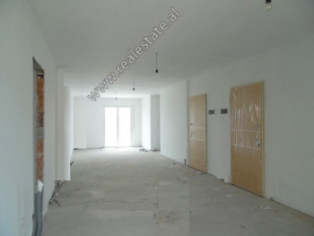 Apartament 3+1 per shitje ne rrugen Haxhi Hysen Dalliu ne Tirane. Ndodhet ne katin e 7-te ne nje pa