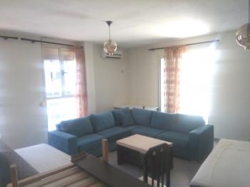Apartament 2+1 me qera ne rrugen Reshit Petrela ne Tirane. Ndodhet ne katin e 7-te te nje pallati t